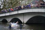 NieuwsjaarsduikParijse brug 180101-070